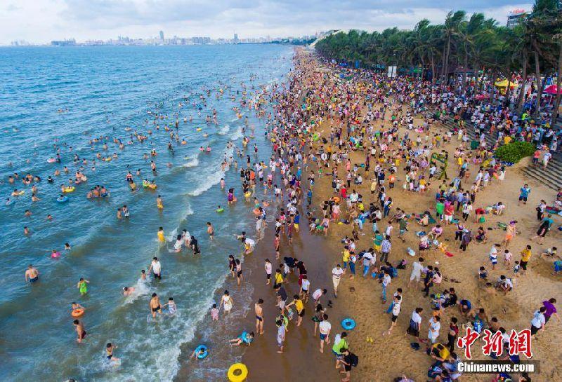 海口近20万人下海洗龙水 人头攒动如下饺子
