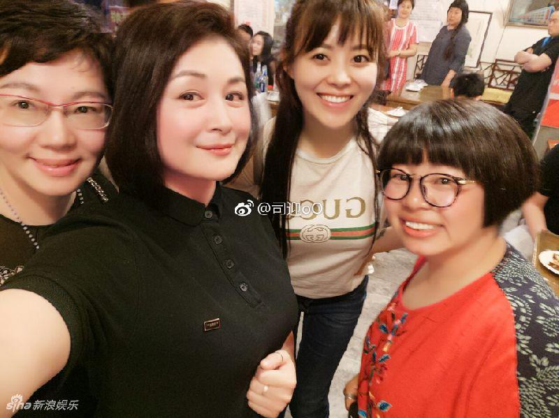 赵本山小姨子520大会友 仪态端庄合影美女不输阵!