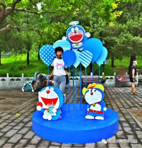 为烘托暑期动漫活动氛围,园内设立供游客互动拍照的动漫卡通图片