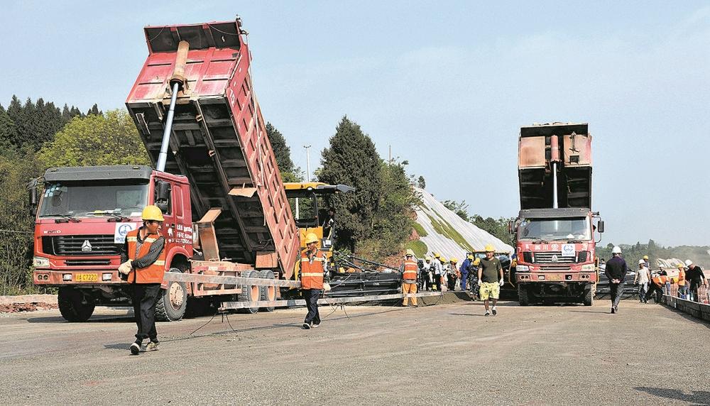 天府机场高速公路简阳段路面施工全面启动