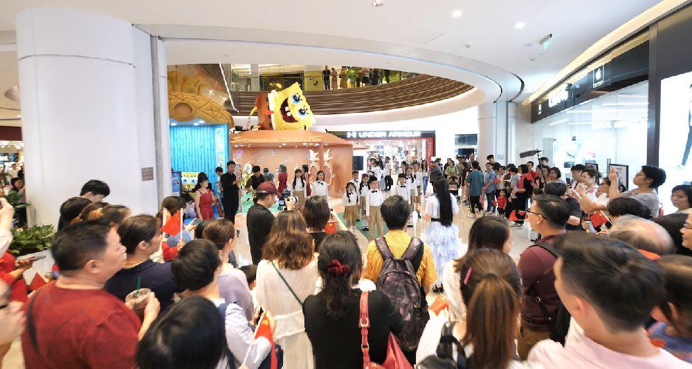 建国70周年献礼 小群星红歌快闪首登广州购物中心