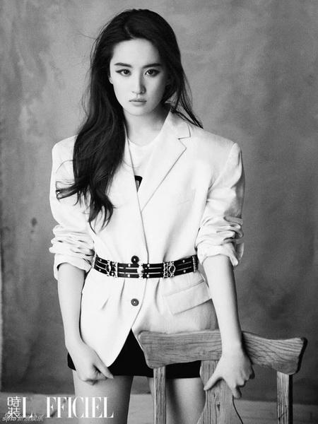 刘亦菲登时尚杂志封面 秀酥胸长腿仙气逼人