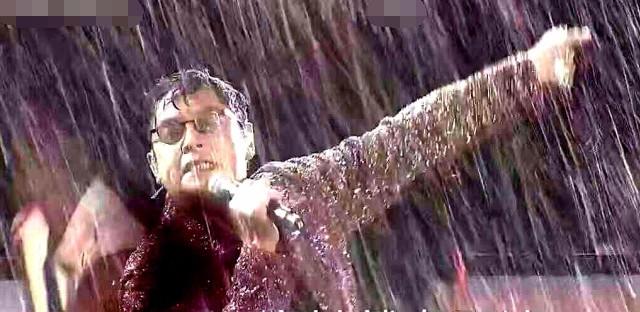 """谭咏麟倾盆大雨仍坚持演唱 笑称自己是""""全天"""