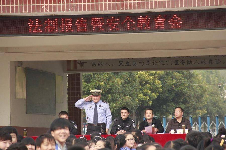"""太和交警10个宣传小分队为学生送上一份""""平安礼"""""""