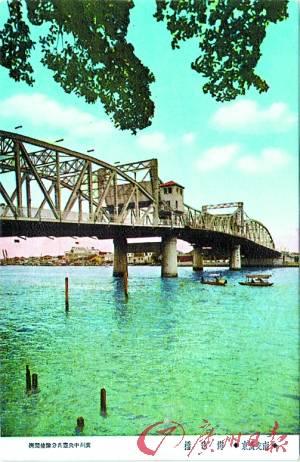 钢结构的主桥与两座钢筋混凝土的边桥有机结合成一个