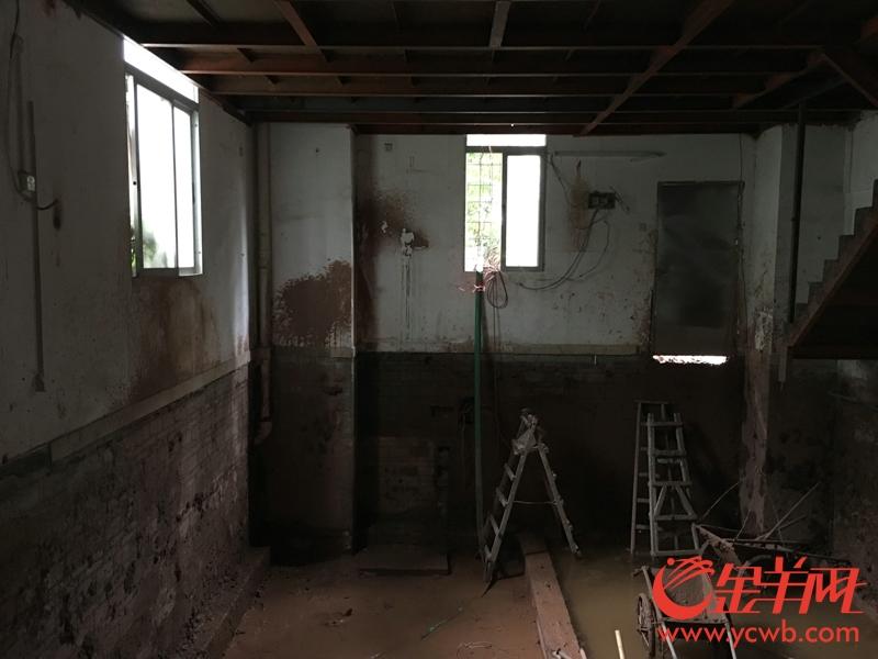 涉事房屋地板下方被掏空,深度足足可容纳一层楼 梁怿韬 摄 .jpg