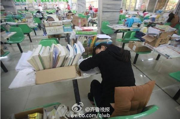 济南一大学学生在食堂备战考研 餐桌变课桌