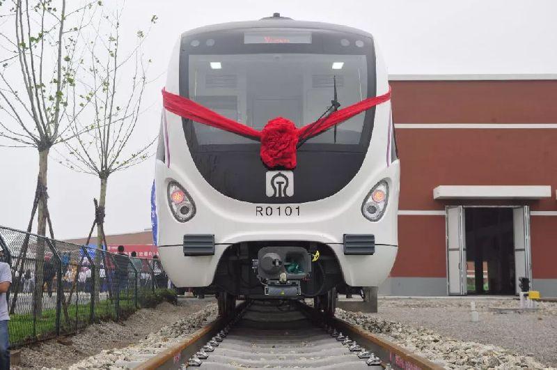 济南地铁R1线首辆列车亮相 四节车厢可容纳960人!