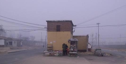 """聊城西关街老旧变电室位道路正中央成""""拦路虎"""""""