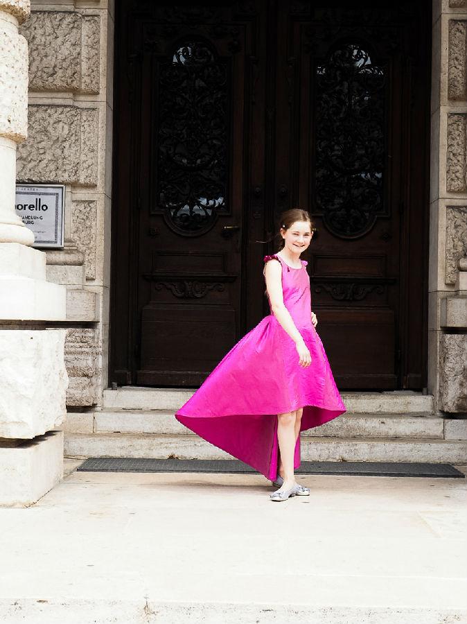 2005年出生于英国,是一位作曲家,小提琴家和钢琴家。她两岁时开始学习钢琴,三岁时开始学习小提琴,四岁开始尝试作曲。六岁时,阿尔玛完成了她的第一部钢琴奏鸣曲。七岁时,阿尔玛创作了一部小型歌剧,并将它命名为《梦的守护者》。之后,她又独立创作了多部小提琴、钢琴等室内乐。她与祖宾梅塔、以色列爱乐乐团等都有过合作。BBC广播公司、英国卫报、美国华尔街日报、法国费加罗报等称她为 21 世纪莫扎特。   鞠小夫