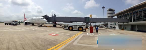 昨天上午10时10分,从沈阳飞往南通的ZH9601次航班抵达南通机场,54名乘客下飞机后直接通过廊桥通往南通机场2号航站楼。当天,该机场新航站楼正式投入试运行,前往北京、沈阳、厦门三个方向的乘客可以在新航站楼通过廊桥登机。   随着我市经济社会的快速发展,往来南通的航空旅客逐年增加。今年上半年,南通机场旅客吞吐量突破40万人次,平均日吞吐量达到3000多人次。从7月11日开始,南通机场还将陆续新增青岛、太原、福州、哈尔滨、桂林、南宁6个城市的航班,今年年初停飞的长沙航班也将恢复,同时加密飞往深圳、武