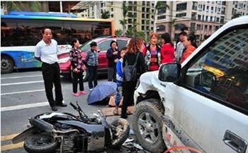 三亚一皮卡车与摩托车相撞致两少年1伤1亡