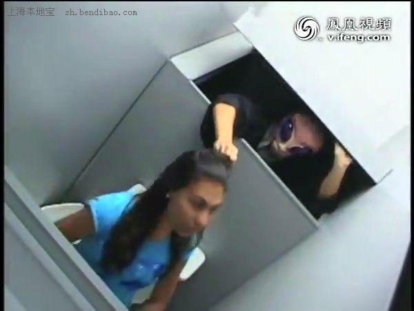 美女如厕遭外星人偷袭