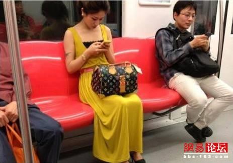 实拍地铁上那些性感妖娆美女