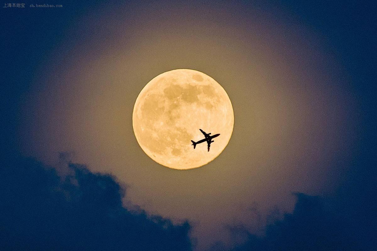 月球以椭圆形轨道绕地球公转