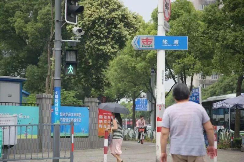 上海浦东两处路口开通抓拍行人闯红灯 戴口罩墨镜也能识别