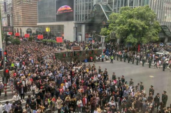 五一小长假 上海南京路再现武警拉链式人墙