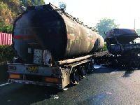 2月16日莞佛高速一辆槽罐车追尾货车起火