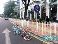 """广州共享单车又被""""虐待"""" 被人越过护栏"""