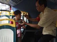 5月6日广州一4岁女孩迷路独自上公交 司