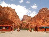 红色的山崖 天山神秘大峡谷