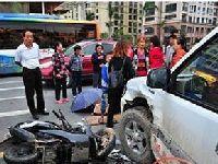 三亚一皮卡车与摩托车相撞致两少年1伤1