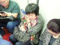 上海地铁11号线乘客自带板凳   地铁公司