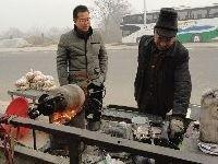 驻马店63岁老人发明自动爆米花机 引众人