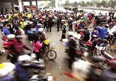 雨雾天气路况差 贵港交警细心呵护交通人群