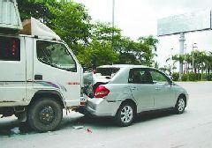 胶州路两车追尾惨不忍睹 肇事车司机逃跑