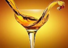 选购心得:听声音分辨上乘酒杯