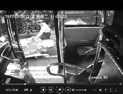 3月22日广州B3公交车变救护车 送晕倒女乘客就医(图)