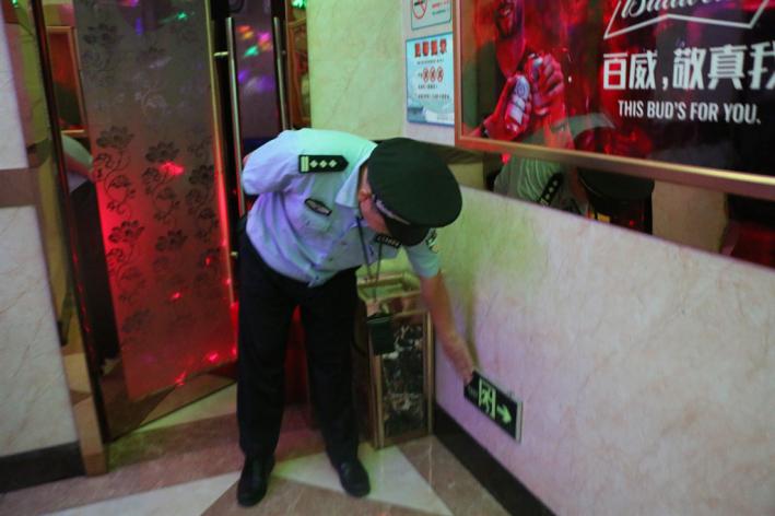 大鹏公安分局消防大队联合大鹏所对歌舞娱乐场所 休闲会所进行消防安全夜查
