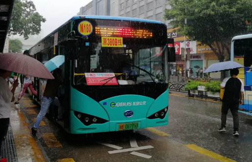 深圳公交M180路开通大站快车 少停33个站可省半个钟