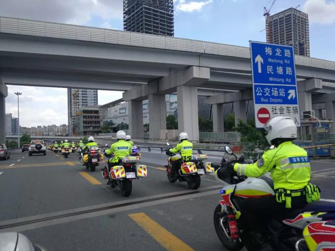 深圳交警严查司机玩手机 罚300元扣2分