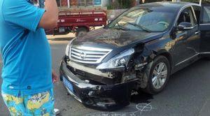 16日瓦房店三院桥西发生车祸 结果摩托车毫发无伤