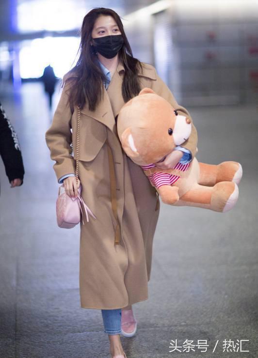 关晓彤最近爱上平底鞋?网友:藏不住了?