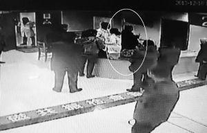 男子冲进值班室打护士视频截图(画圈处)。