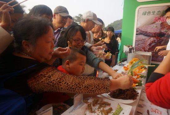 精品野菜免费试吃,游客大快朵颐。