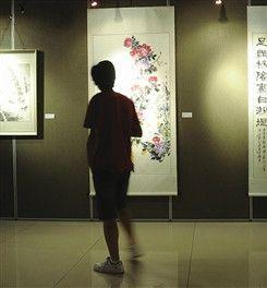 今年6月市民在美术馆参观