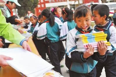 孩子们领到了自己心爱的书籍