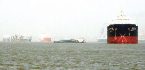 货船无人掌舵擦碰巨轮险些酿成灾难