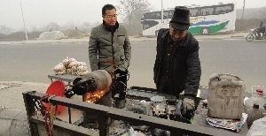 驻马店63岁老人发明自动爆米花机 引众人围观(图)